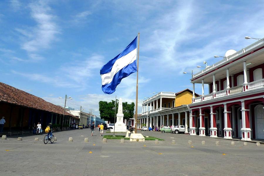 Foto de la Plaza de la Independencia de Granada, con la bandera de Nicaragua en el centro
