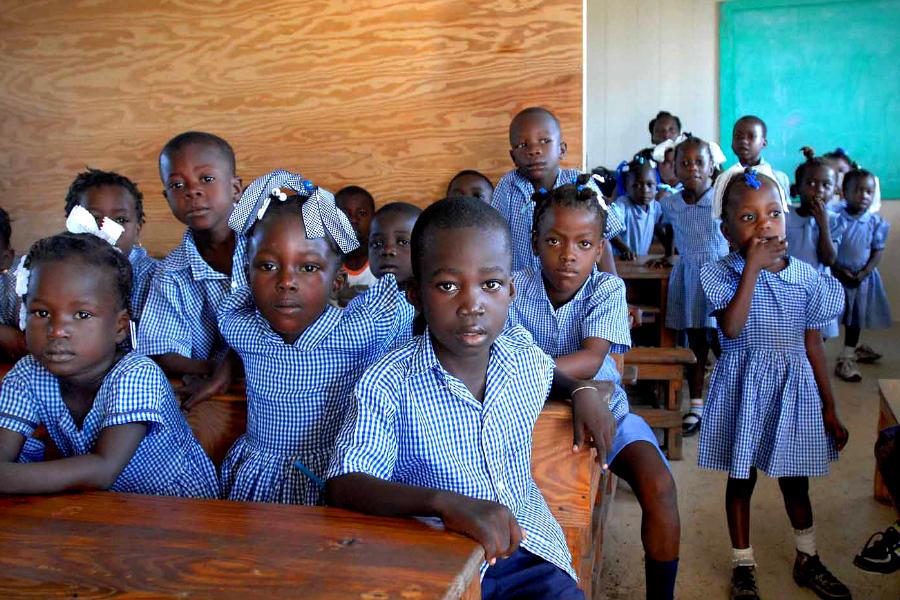 Niñas y niños en un salón de clases haitiano