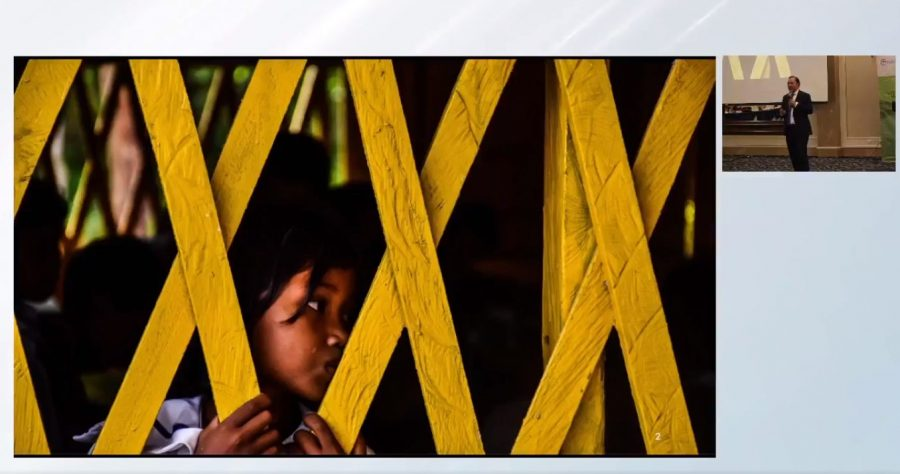 Financiamiento justo para la educación: la Campaña Global por la Educación y Ayuda en Acción El Salvador presentan resultados sobre el tema. Print de la ocasión muestra una niña en la tela, a la izquierda, y a la derecha trae la imagen del participante del encuentro