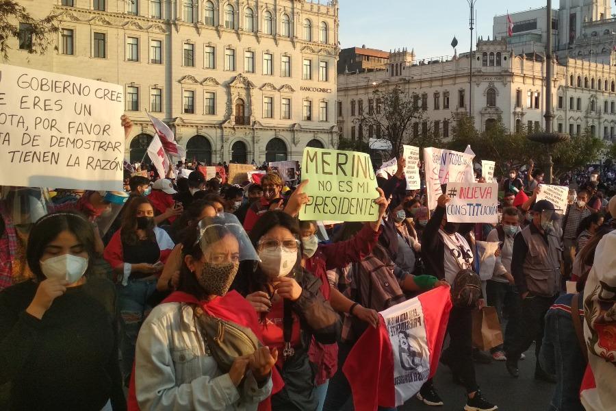Protestas en Lima por golpe de estado parlamentario el 12 de noviembre de 2020. Manifestación en la Plaza San Martín.
