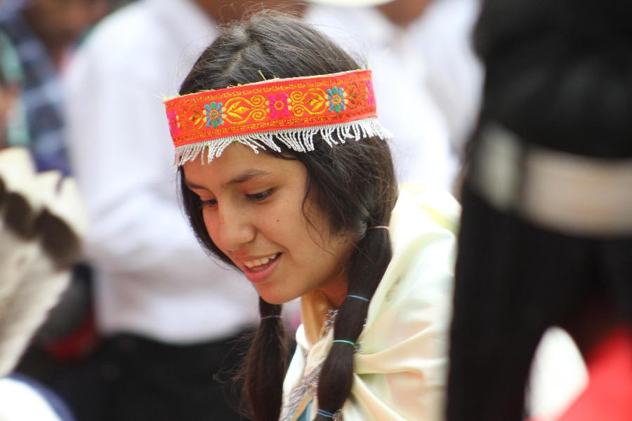 Niña indígena peruana con  una venda en la cabeza