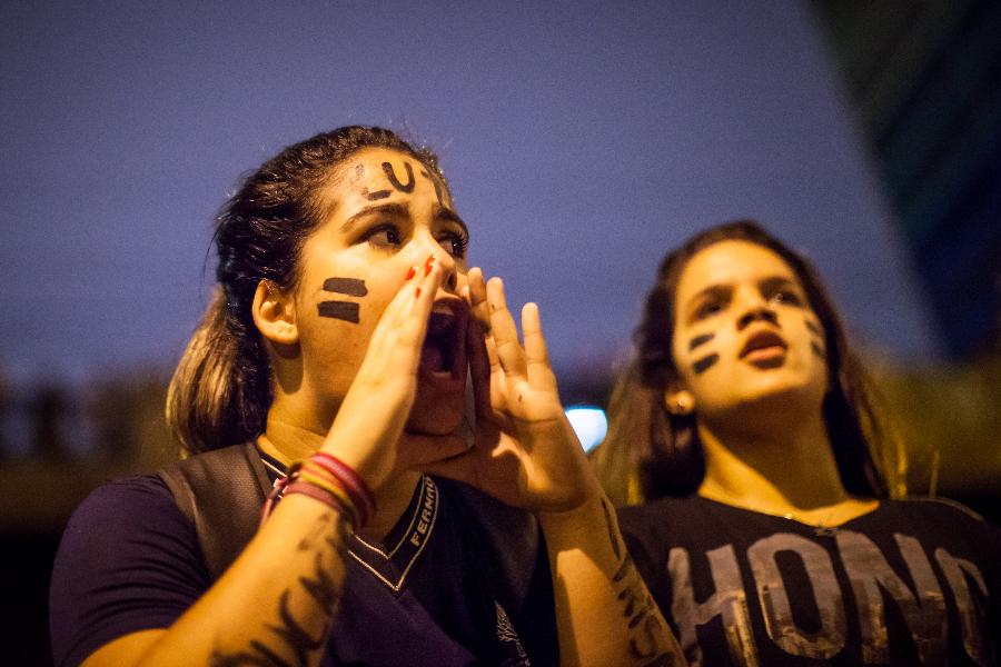 Dos adolescentes protestando en São Paulo, con la palabra