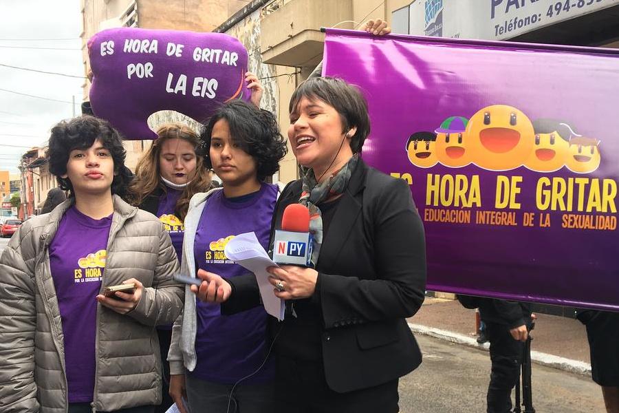 4 adolescentes paraguayas, con camisetas en las que se lee