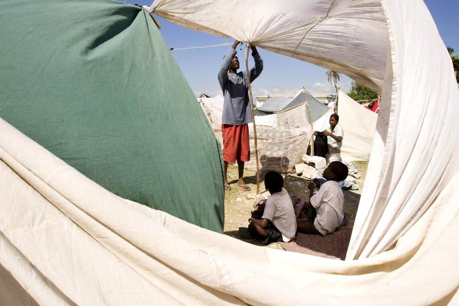 Un hombre establece un refugio en Cité Soleil, Haití, después de un violento terremoto que dejó en ruinas grandes porciones de la barriada y la capital vecina, Puerto Príncipe. 15 / ene / 2010. Cité Soleil, Haití.