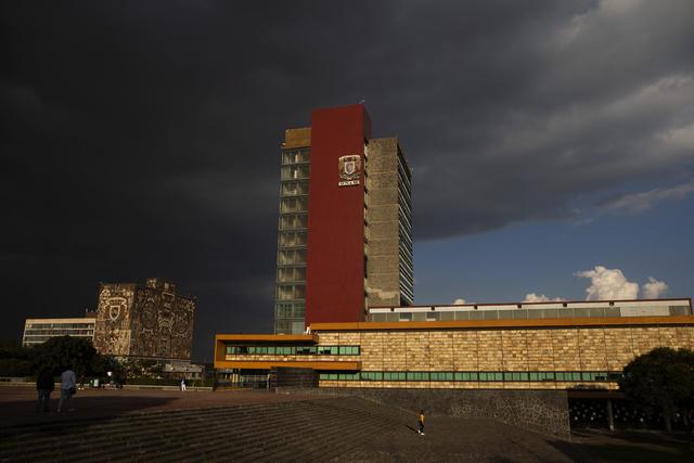 Vista de la torre de Rectoría y de la Biblioteca Central de la UNAM.