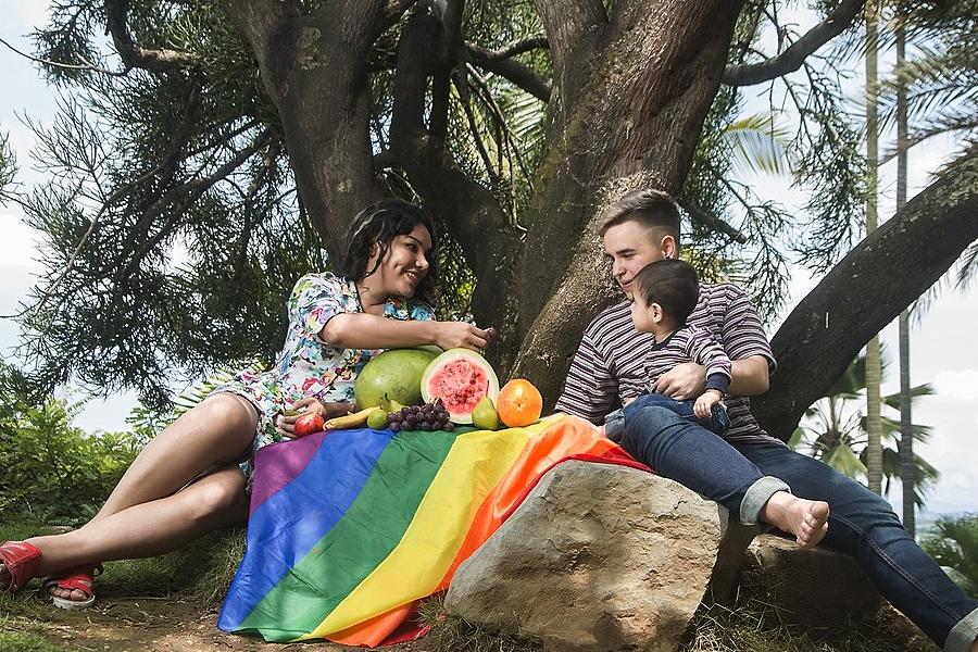 Diane Rodriguez (transgenero) junto a su pareja Fernando Machado con su hijo Sununu Machado Rodriguez en el Jardín Botánico de Guayaquil