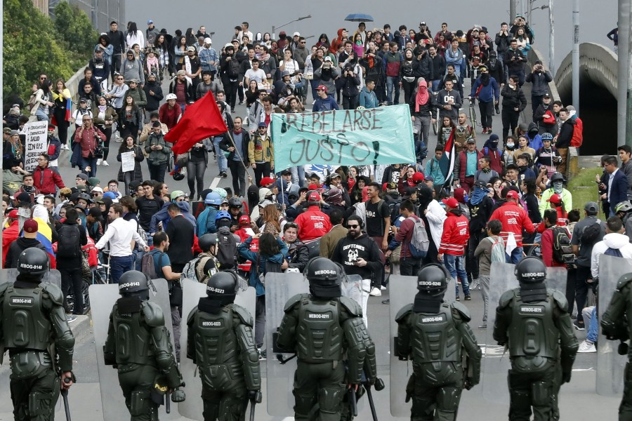 AME3916. BOGOTÁ (COLOMBIA), 21/01/2020.- Agentes de la policía antidisturbios bloquean el paso a manifestantes que participan en la jornada de protestas parte del Paro Nacional este martes, en Bogotá (Colombia). Organizaciones sociales y estudiantes realizan manifestaciones en contra del gobierno colombiano en algunas ciudades del país. La primera jornada de protestas del año en Colombia comenzó este martes con bloqueos en el transporte público y algunos disturbios en Bogotá, que colapsaron la movilidad en varias zonas de la capital, mientras en otras ciudades se preparan para realizar plantones en rechazo a la violencia y a las políticas del Gobierno. a protesta de este 21 de enero, la primera del año después de las masivas manifestaciones de noviembre y diciembre contra las medidas sociales y económicas del Gobierno de Iván Duque, fue convocada en esta ocasión por el Comité Nacional de Paro bajo el lema