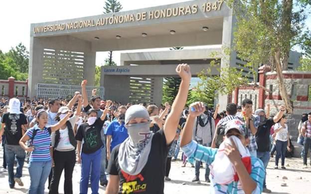 Estudiantes enmascarados frente a la UNAH