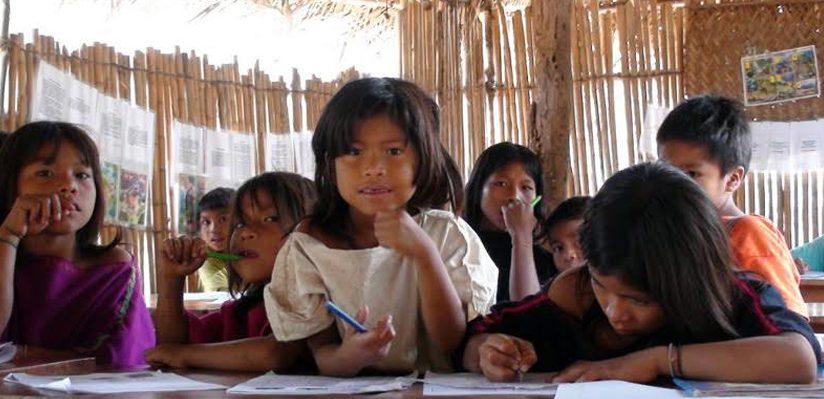 Imagen de chicas estudiando ilustra entrevista con Salomão Ximenes, de Brasil, sobre educación de calidad