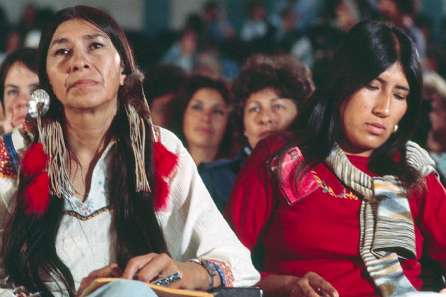 Dos mujeres indígenas en un aula.
