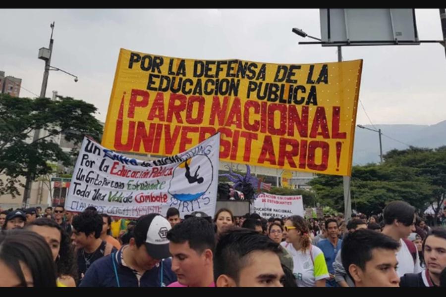 Foto de la marcha de estudiantes en Colombia, con un cartel amarillo en el cual se lee
